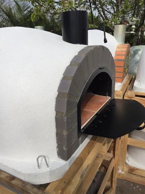 Houtoven Pisa 100  geïsoleerd met brede zwarte deur