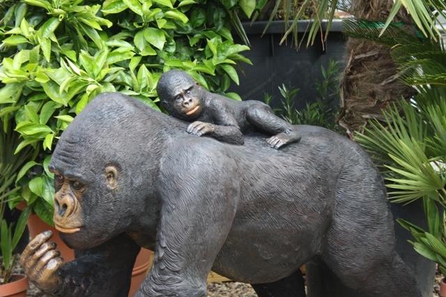 Tuinbeeld Moederaap met jong van kunststof